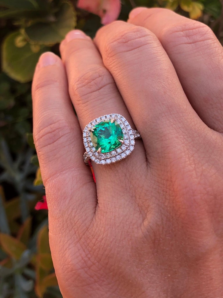 Women's Colombian Emerald Ring Cushion Cut 2.82 Carats For Sale