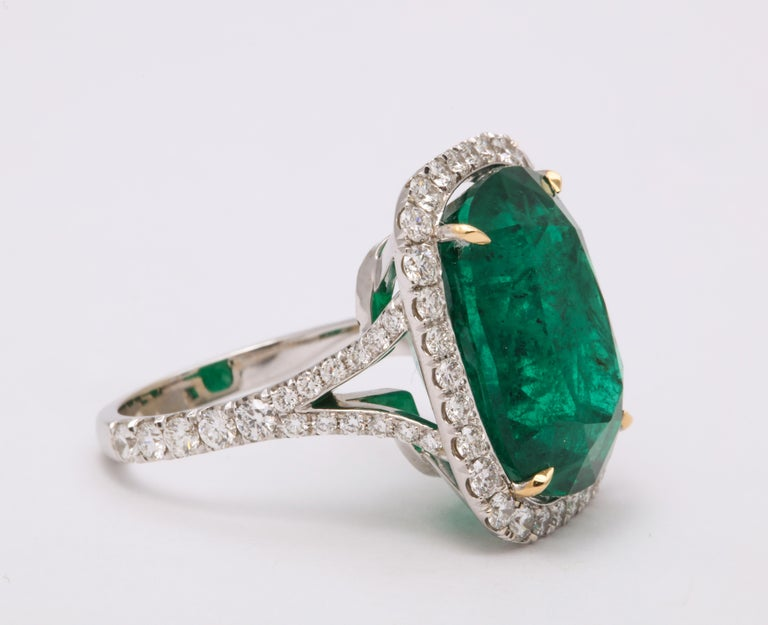 Cushion Cut Vivid Green Emerald and Diamond Ring In New Condition For Sale In New York, NY