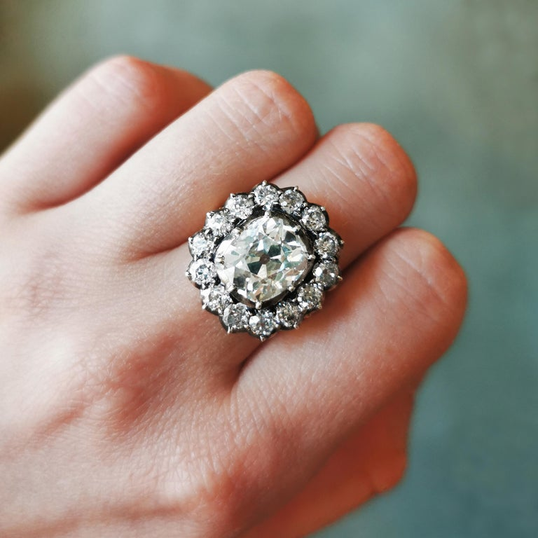 Cushion Diamond Silver-Upon-Gold Cluster Ring 4.18 Carat In New Condition For Sale In London, GB