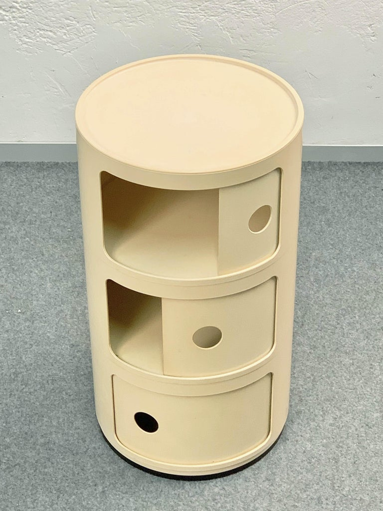 Cylindrical cabinet by Kartell, 1969, designed by Anna Castelli, modular with vertical overlap was designed for every room in the house: bedside table in the bedroom, storage compartment for the bathroom, kitchen container, magazine rack for the