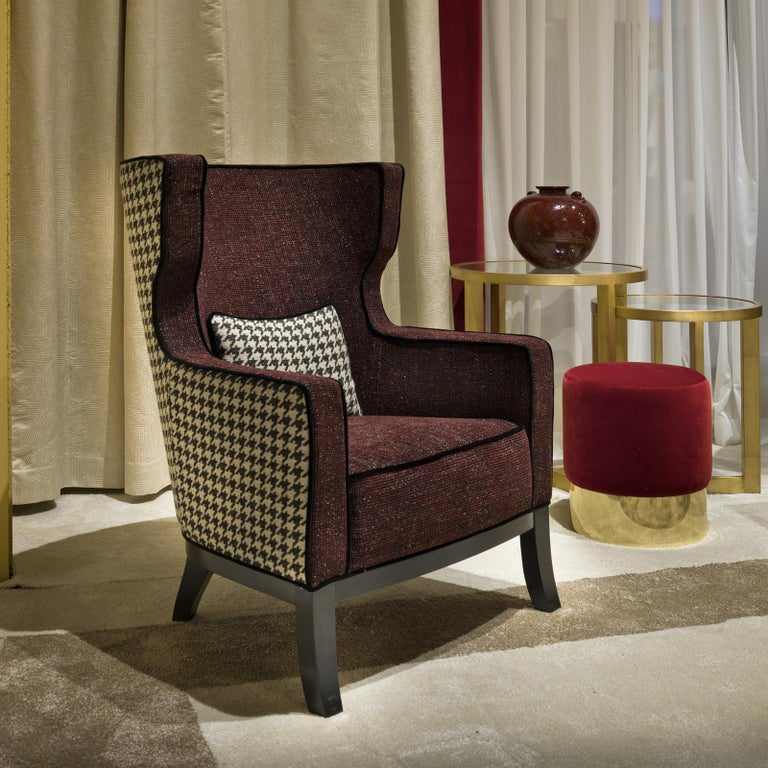 A striking piece of functional decor that will be equally at ease by a bookcase in a study or in the middle of a living room to show off the unique combination of two different cotton covers, this armchair is both comfortable and elegant. The solid