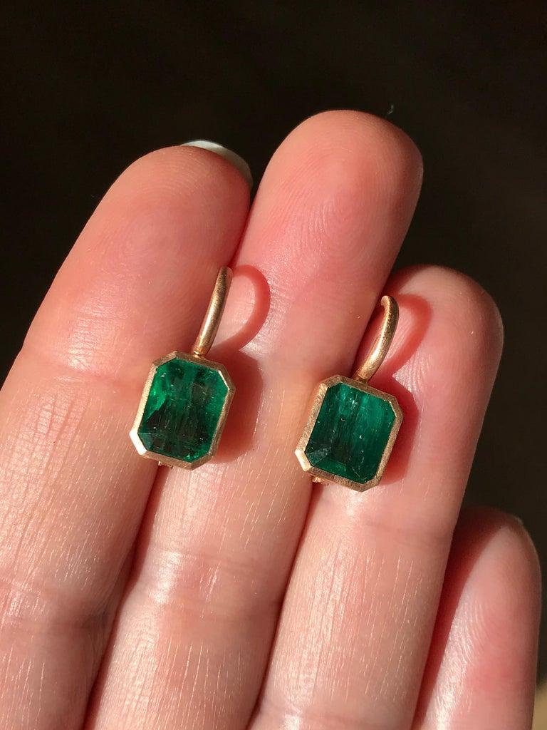 Dalben 5,4 Carat Deep Green Emerald Rose Gold Earrings For Sale 1