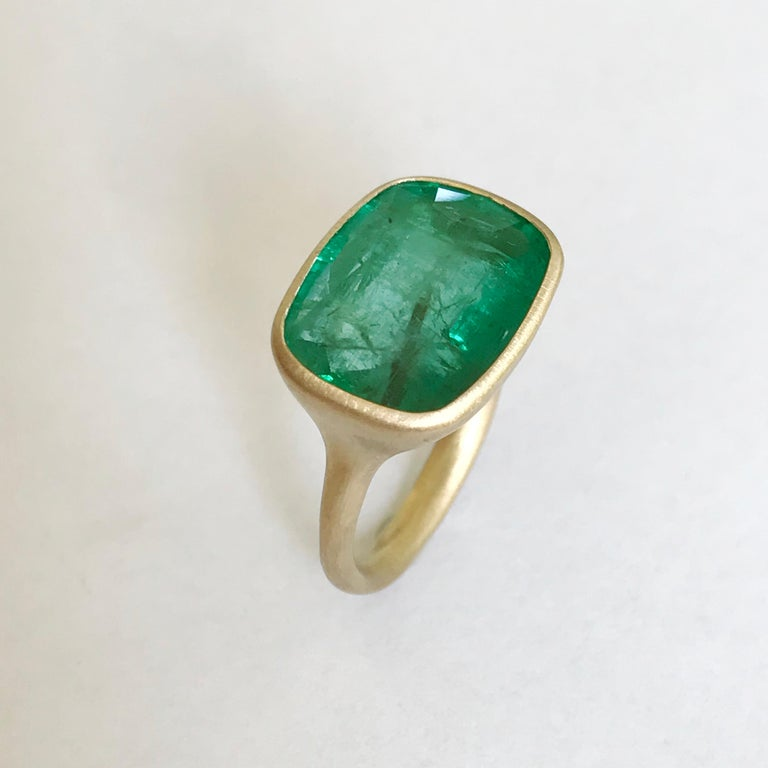 Contemporary Dalben 8.8 Carat Pale Green Emerald Yellow Gold Ring For Sale