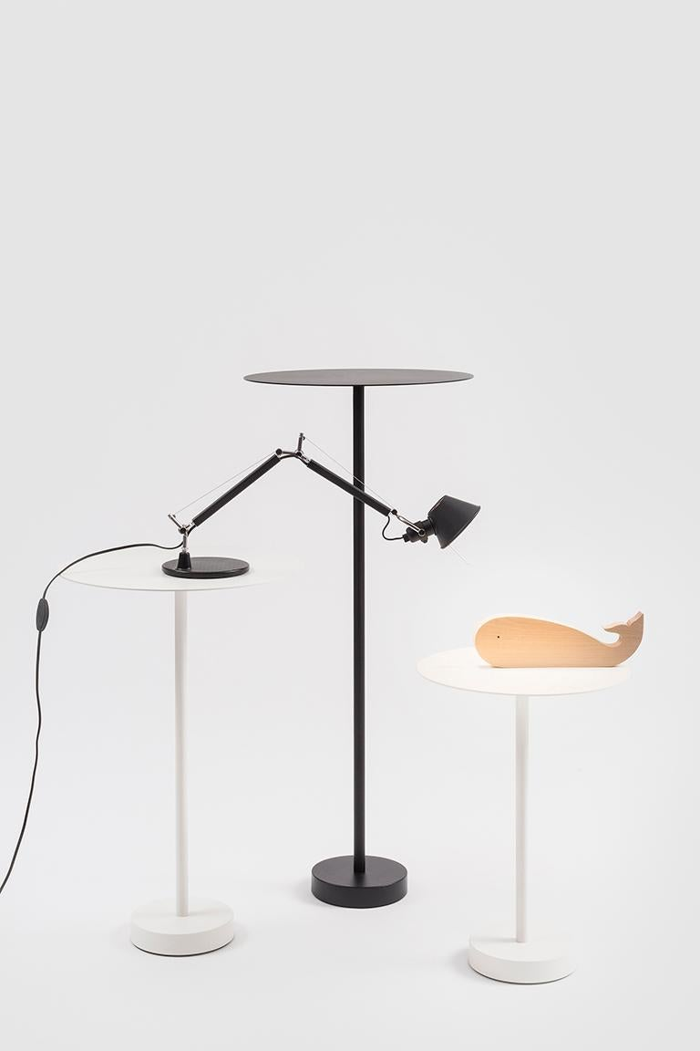 Bincan tables are part of the Bincan collection, which was designed for the work place and can be adapted to any environment whether internal or external, public or private. The side table has a light structure in painted metal, making it easy to