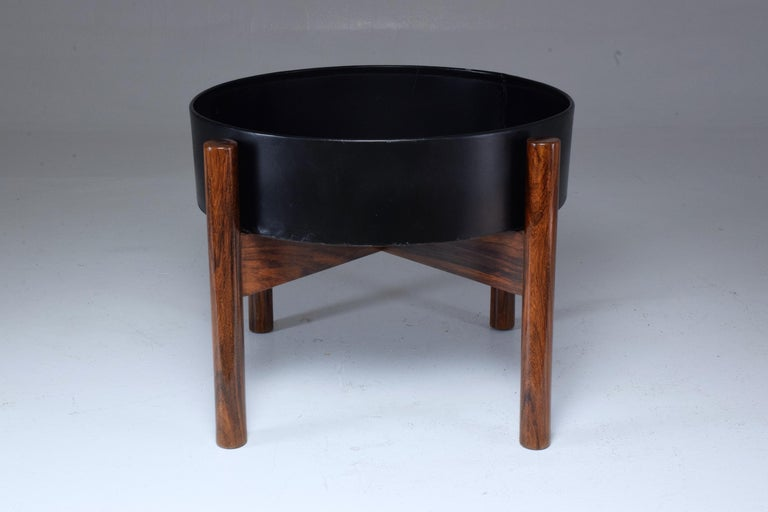 Striking 20th century vintage Scandinavian circular planter or jardinière, composed of a solid rosewood structure and a removable black lacquered metallic insert. A rare midcentury model. The wood has been re-varnished and it is possible to