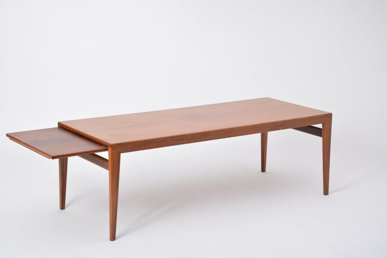 Extendable Danish Mid-Century Modern coffee table by Johannes Andersen In Good Condition For Sale In Berlin, DE
