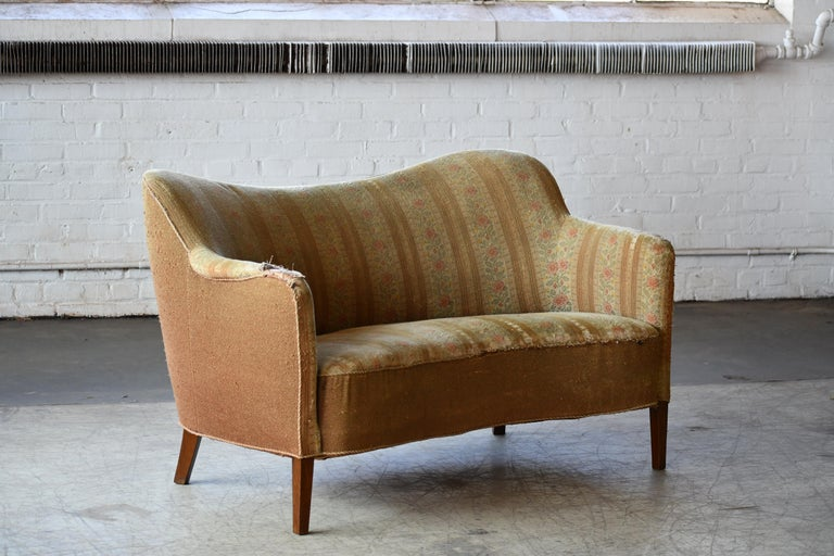 Very elegant Finn Juhl attributed style settee sofa or settee made by Slagelse Mobelvaerk, Denmark sometime in the 1940s. The lines and proportions of this design are just perfection and very similar to Finn Juhl's design produced by Slagelse. Solid