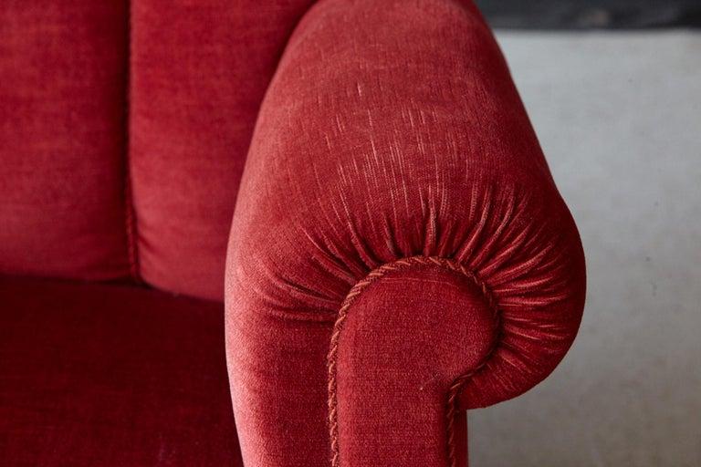 Danish Midcentury Modern Fritz Hansen Model 1518 Large Club Chair in Red Velvet For Sale 4
