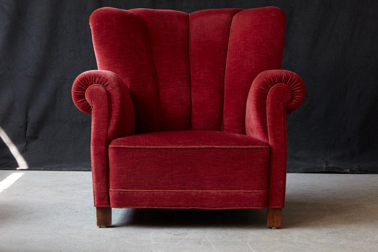 A beautiful statement piece, a very comfortable and large lounge or club chair (model 1518) designed by Fritz Hansen in the late 1930s, early 1940s. The chair is equipped with coil springs in the back and seat, a very sturdy construction, build on a
