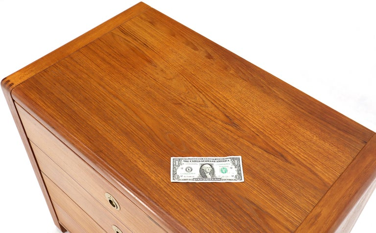 Danish Mid-Century Modern Teak 4-Drawer Bachelor Chest Dresser Credenza In Good Condition For Sale In Rockaway, NJ