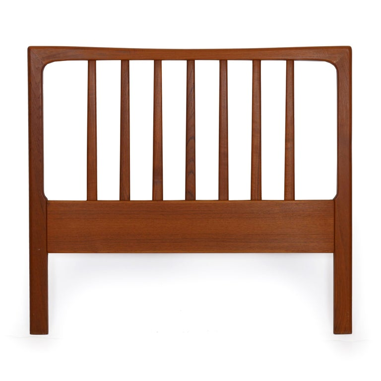 This nice sculpted teak twin bed headboard is a known design by Folke Ohlsson and manufactured by DUX in the 1960s. It is a sleek and austere design, simple and, typical of the period, crafted of beautiful solid oiled teak. It may need to be