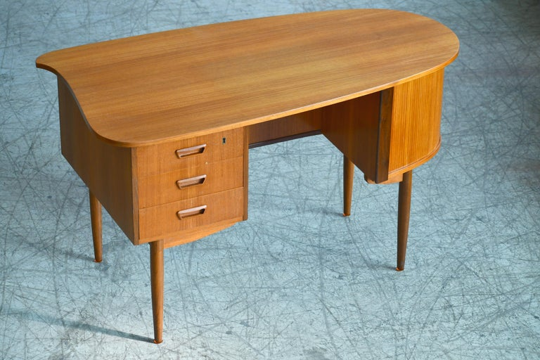 Danish Midcentury Kidney Shaped Kai Kristiansen Style Teak Writing Desk In Good Condition For Sale In Bridgeport, CT