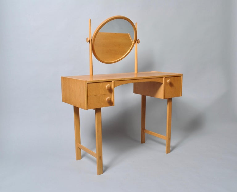 Charming little Danish midcentury oak dressing table/vanity unit. Fully adjustable mirror. Can be easily dismantled/reassembled for extra safe overseas shipping. Produced in Denmark, circa 1960. Nice condition throughout.