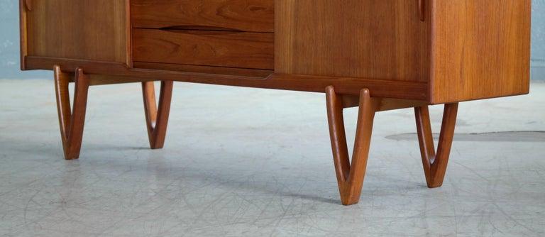Danish Midcentury Teak Sideboard Built in Rosewood Bar Sculptural Legs For Sale 8