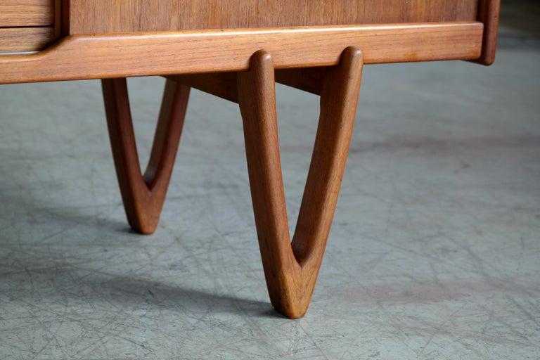 Danish Midcentury Teak Sideboard Built in Rosewood Bar Sculptural Legs For Sale 1