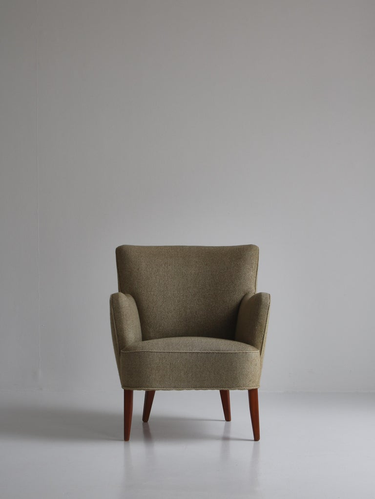 Charming vintage easy chair made in the 1950s in Denmark and attributed to Peter Hvidt & Orla Mølgaard. The chair is in amazing original condition and still has the beautiful original wool upholstery with very few signs of use.