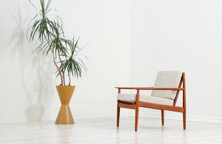 Fabric Danish Modern Lounge Chairs by Svend Åge Eriksen for Glostrup Møbelfabrik For Sale