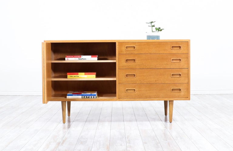 Danish Modern Oak Credenza by Carlo Jensen for Hundevad & Co. In Excellent Condition For Sale In Los Angeles, CA