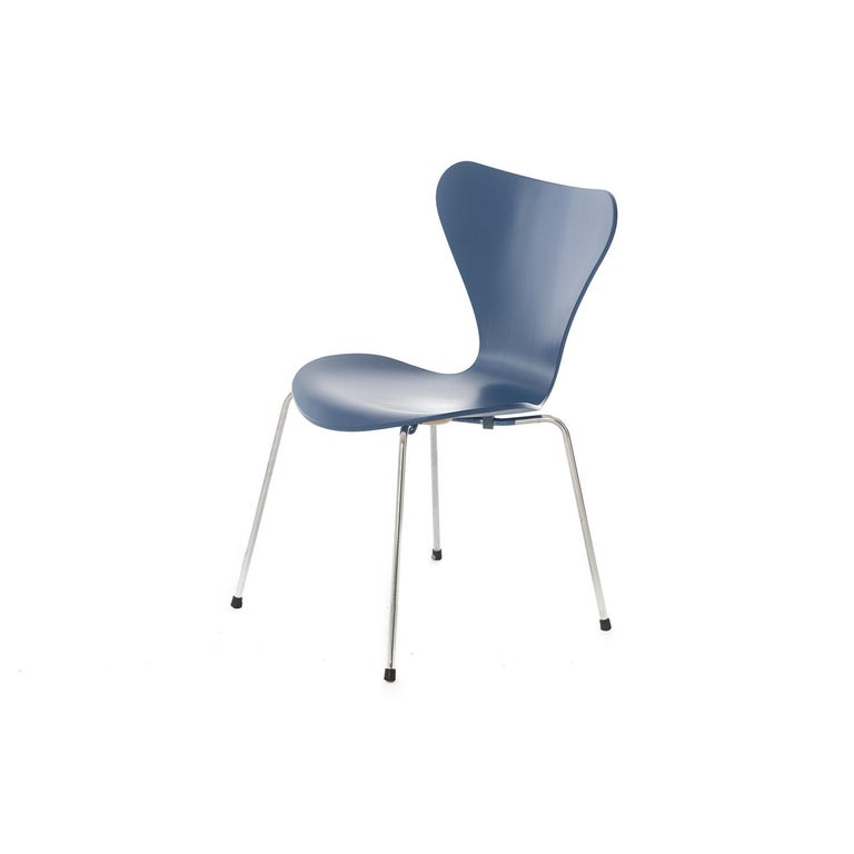 This set of 4 original Series 7 chairs by Arne Jacobsen for Fritz Hansen, with a custom finish in a very agreeable shade of blue. The Series 7 chair was the first chair designed for international distribution and the bestselling chair of all