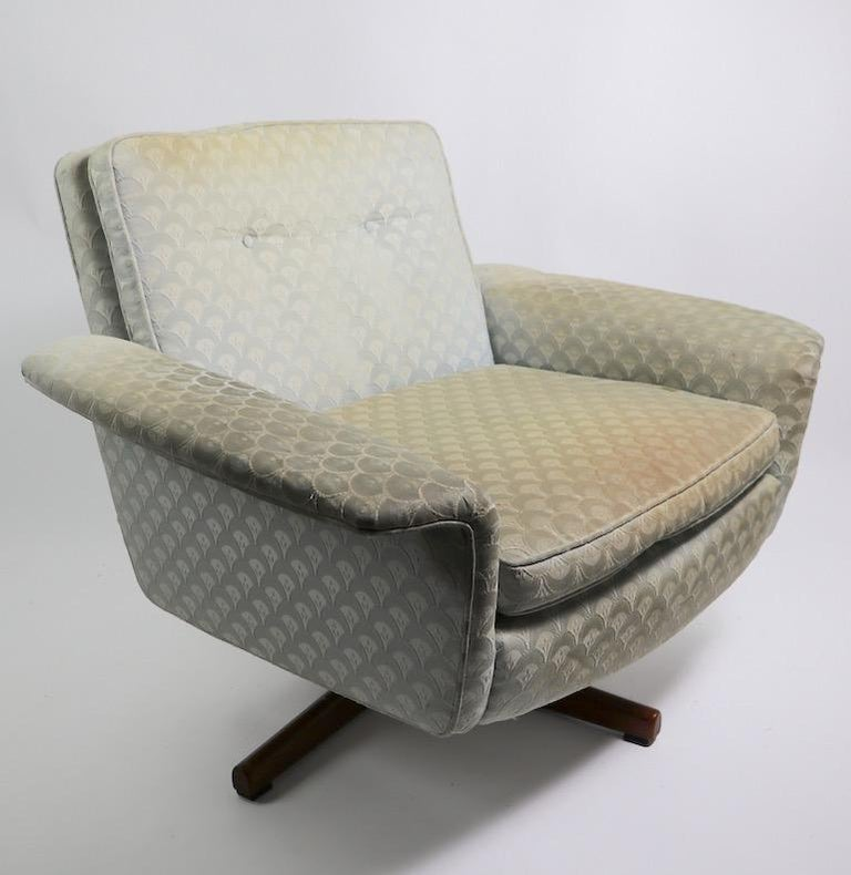 Danish Modern Swivel Chair and Ottoman Attributed to DUX For Sale 4