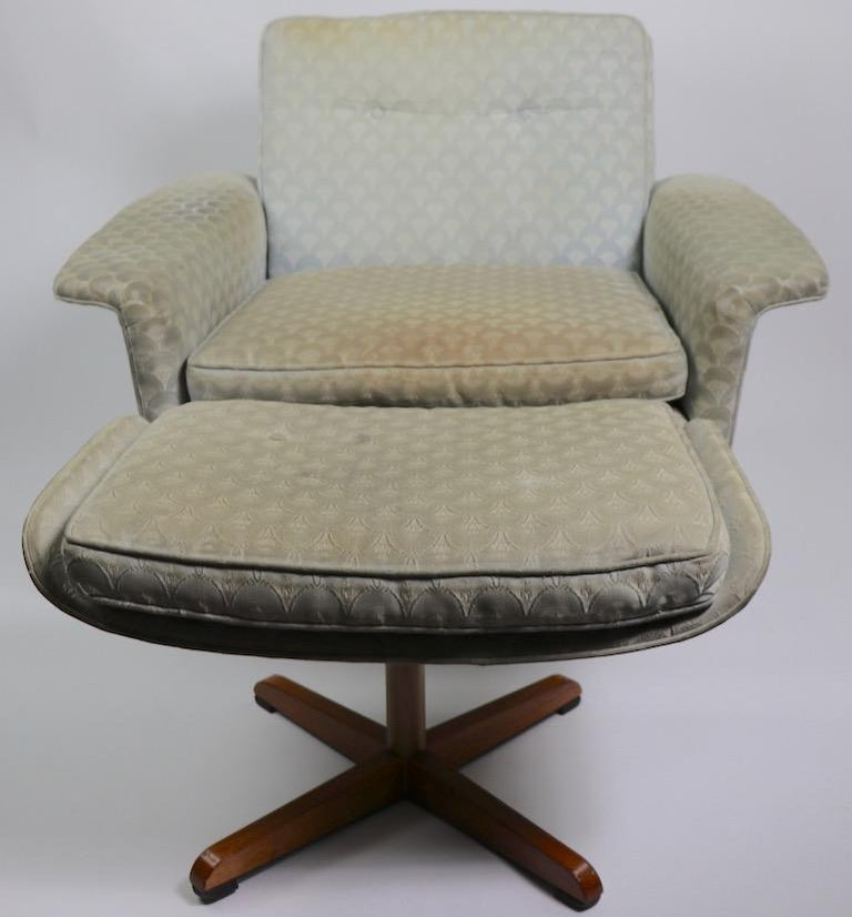 Danish Modern Swivel Chair and Ottoman Attributed to DUX For Sale 8