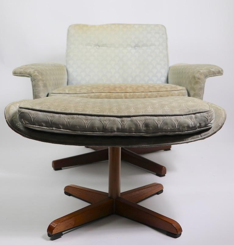 Danish Modern Swivel Chair and Ottoman Attributed to DUX For Sale 9