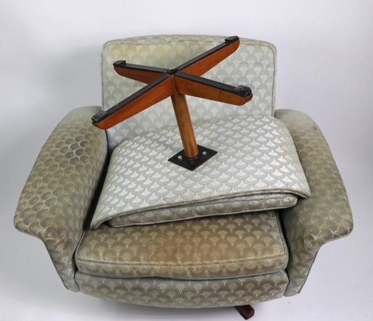 Danish Modern Swivel Chair and Ottoman Attributed to DUX For Sale 10
