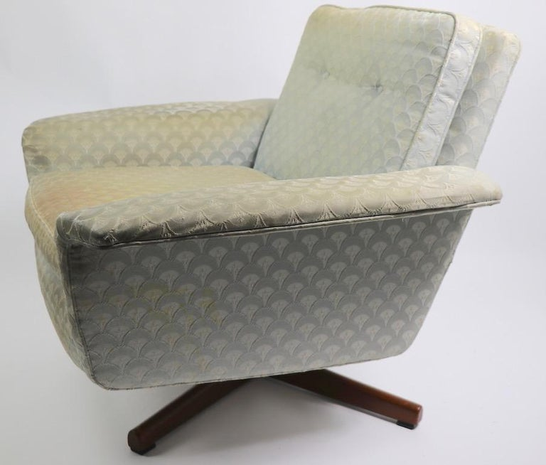 Danish Modern Swivel Chair and Ottoman Attributed to DUX In Fair Condition For Sale In New York, NY