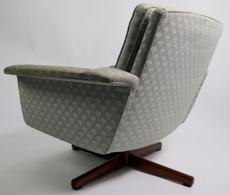 Danish Modern Swivel Chair and Ottoman Attributed to DUX For Sale 1