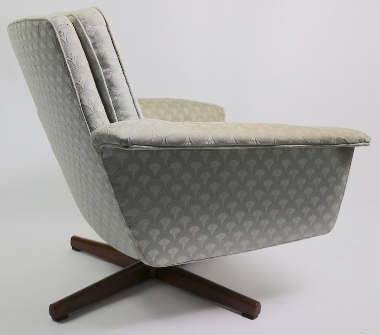 Danish Modern Swivel Chair and Ottoman Attributed to DUX For Sale 3