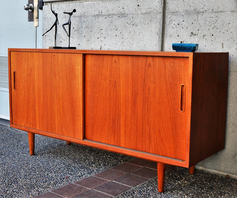 Danish Modern Teak & Beech Hundevad & Co Compact 2 Slider Credenza / Sideboard In Good Condition For Sale In New Westminster, British Columbia