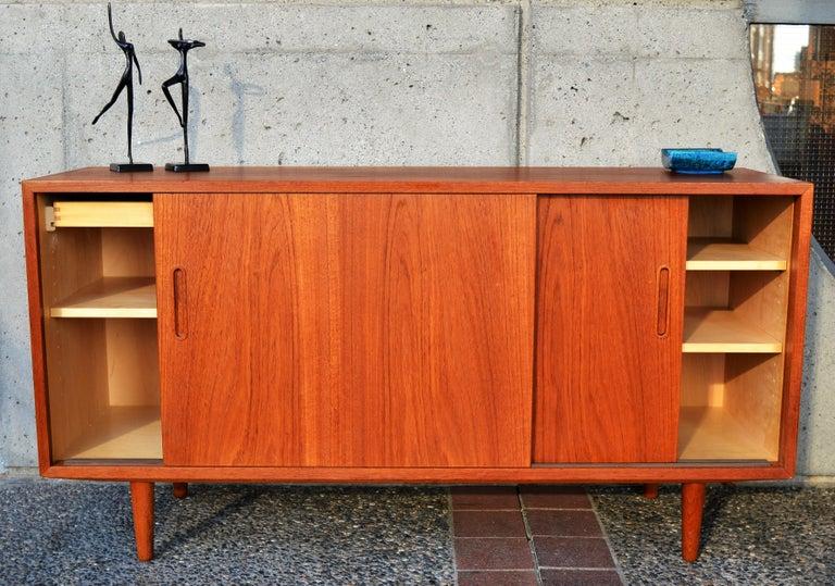 Danish Modern Teak & Beech Hundevad & Co Compact 2 Slider Credenza / Sideboard For Sale 2