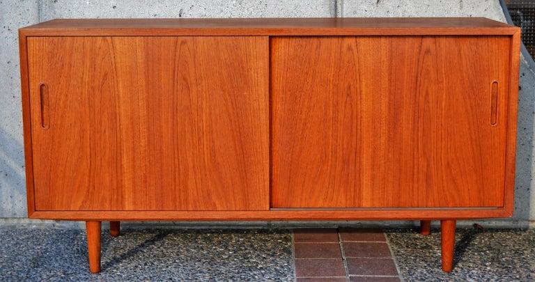 Danish Modern Teak & Beech Hundevad & Co Compact 2 Slider Credenza / Sideboard For Sale 3