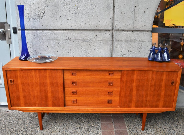 Danish Modern Teak Buffet / Credenza with Centre Drawers and Sword Blade Legs In Excellent Condition For Sale In New Westminster, British Columbia