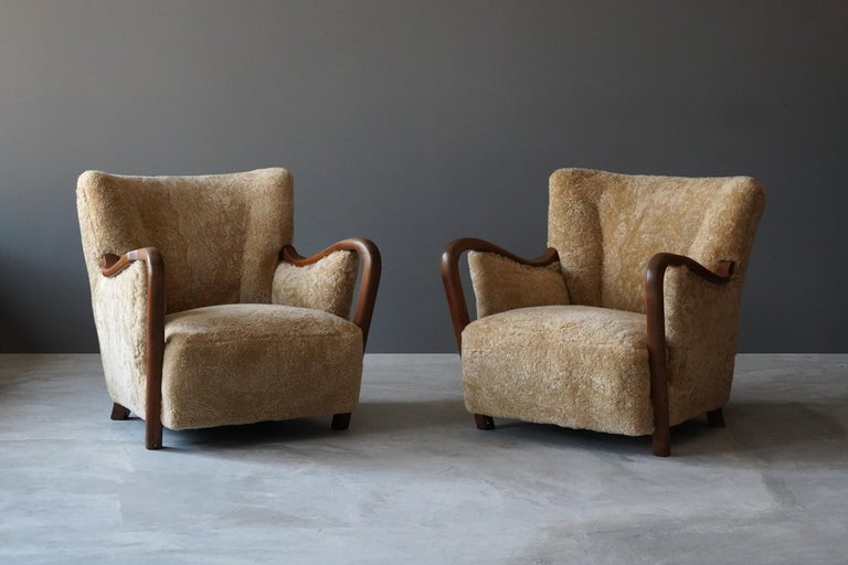 A pair of highly modernist organic lounge chairs / armchairs. Designed by an unknown designer, Denmark, 1940s.