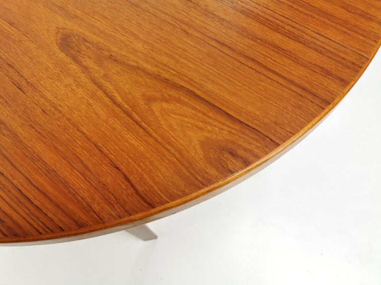 Danish Round Teak Dining Table 1960s Midcentury Vintage In Good Condition For Sale In STOKE ON TRENT, GB