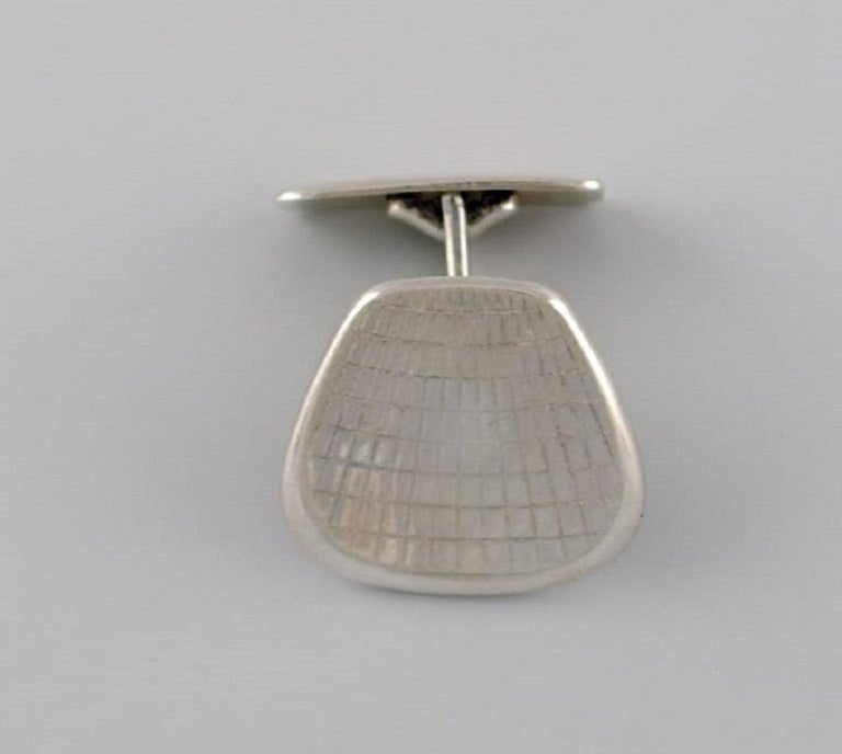 Danish silversmith. A pair of modernist cufflinks in sterling silver. 1960s / 70s. Measures: 2.5 x 2 cm. Stamped. In excellent condition.