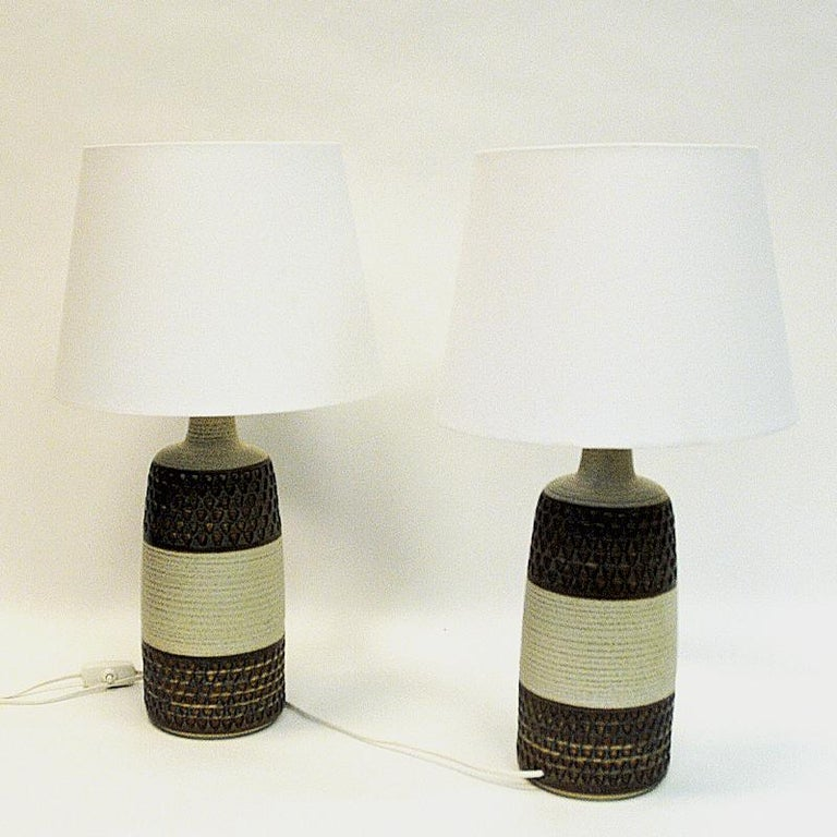 Great pair of handmade Danish modern ceramic table lamps model 3071 by designer Einar Johansen for Søholm Keramik (pottery) in Bornholm, Denmark 1960s. Beautiful glazed earth colors with rippled neck and middle part. Geometric triangle patterns of