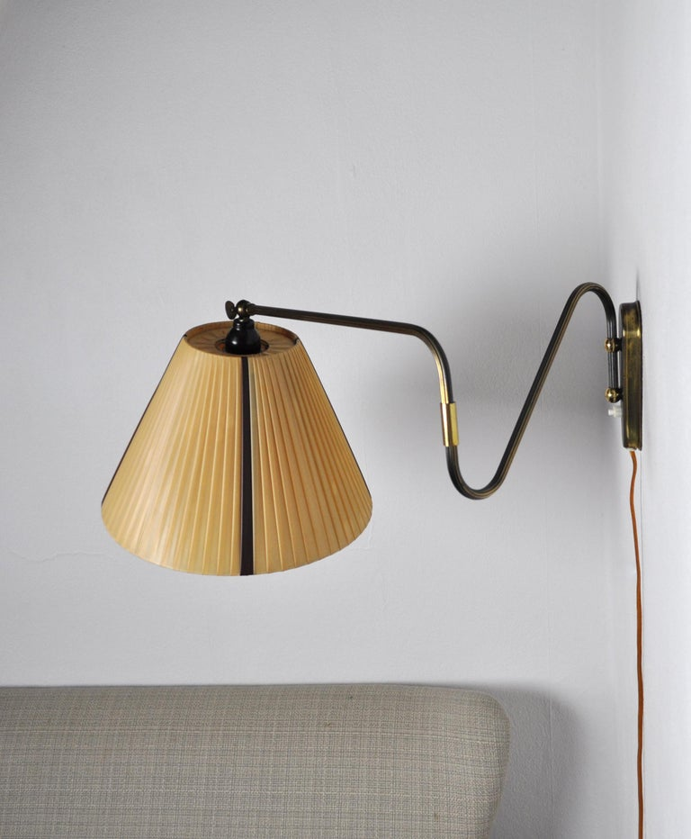 Danish Swing Arm Brass Wall Lamp, 1950s In Good Condition For Sale In Vordingborg, DK