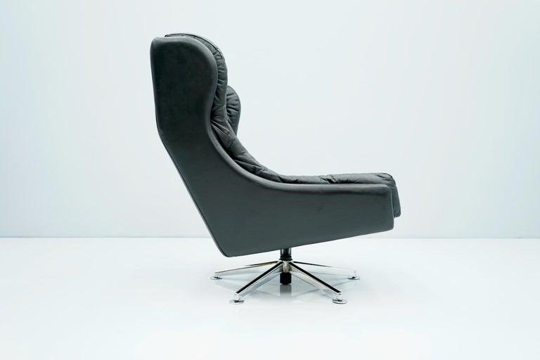 Scandinavian Modern Danish Swivel Lounge Chair in Black Leather, 1960s For Sale