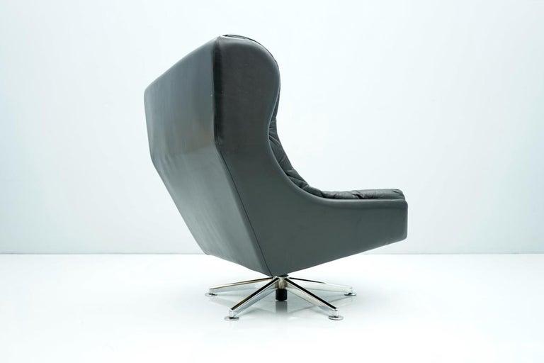 Danish Swivel Lounge Chair in Black Leather, 1960s In Good Condition For Sale In Frankfurt / Dreieich, DE