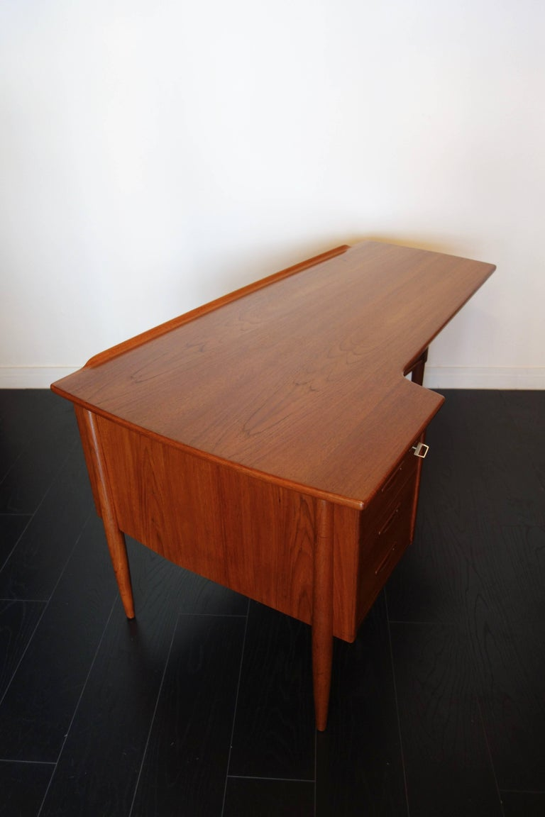Danish Teak Desk by Peter Løvig Nielsen, 1960s In Excellent Condition For Sale In BEAUNE, FR
