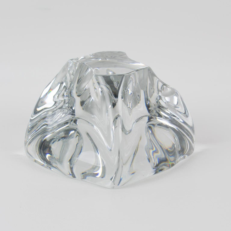 Stunning crystal swirl freeform paperweight by Daum, France. French design of the 1950s with a mouth-blown clear crystal in an abstract figure in a curved swirl-like form. Marked on side edge with acid etched
