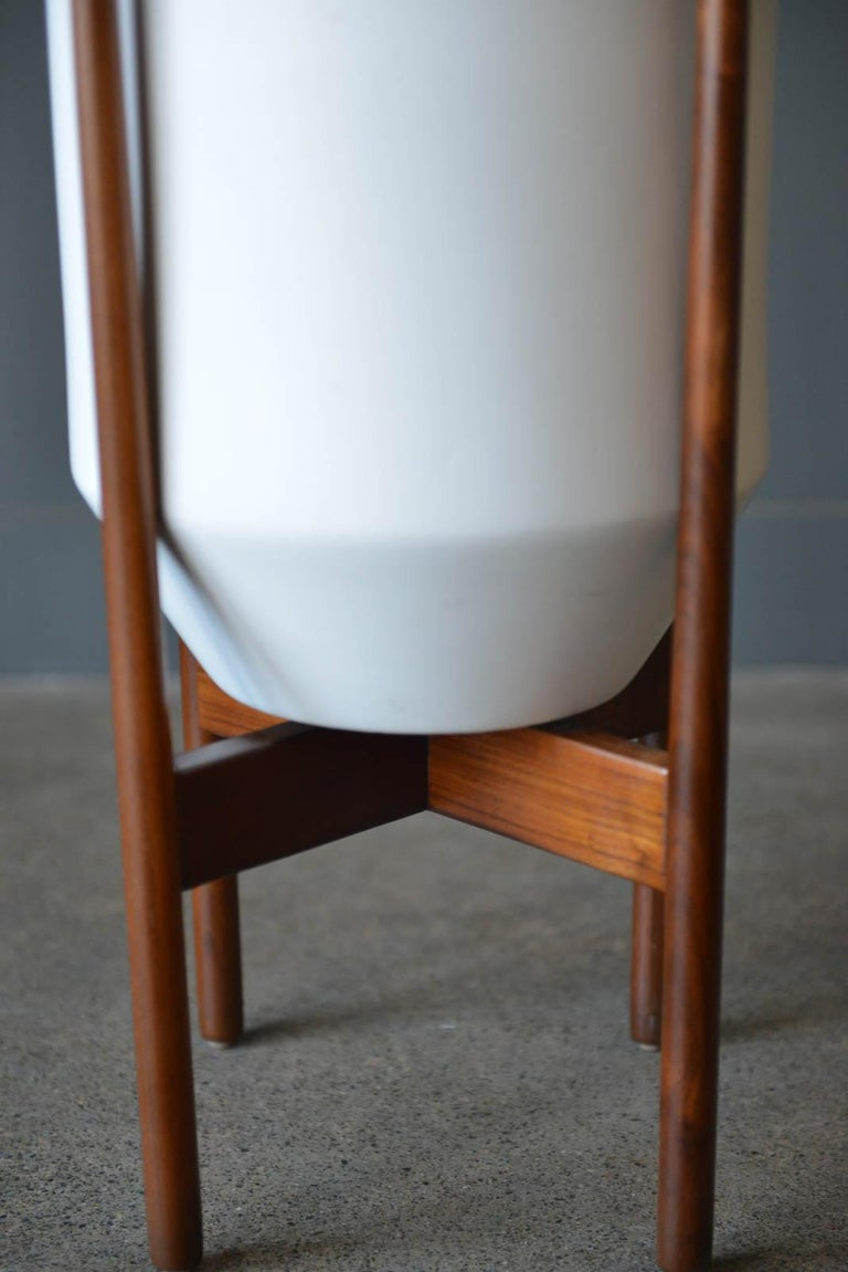 David Cressey glazed ceramic planter with original walnut stand, circa 1970. Rare white glaze, with no chips or cracks. Small imperfection on lip, as shown but it was original imperfection from factory and glazed during firing. Excellent original