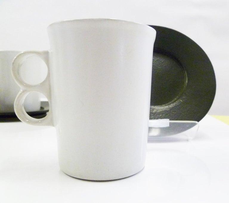 Mid-Century Modern David Gil Bennington Potters Vermont Set 6 White Trigger Mugs 6 Black Saucers For Sale