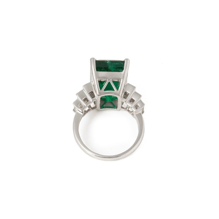 David Jerome 18 Karat White Gold Emerald and Diamond Ring In New Condition For Sale In Bishop's Stortford, Hertfordshire