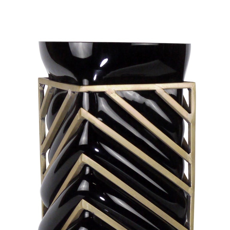 Vase enlace black glass roundy with handblown black glass and with  brass structure around.