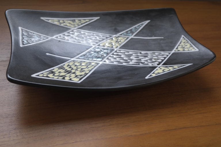 A gorgeous Danish rectangular ceramic plate or tray from the 1950s designed by Holm Sorensen, hand decorated by Svend Aage Jensen and manufactured by Soholm Stentoj. A classic example of Scandinavian decor from the Mid-Century Modern era. The plate