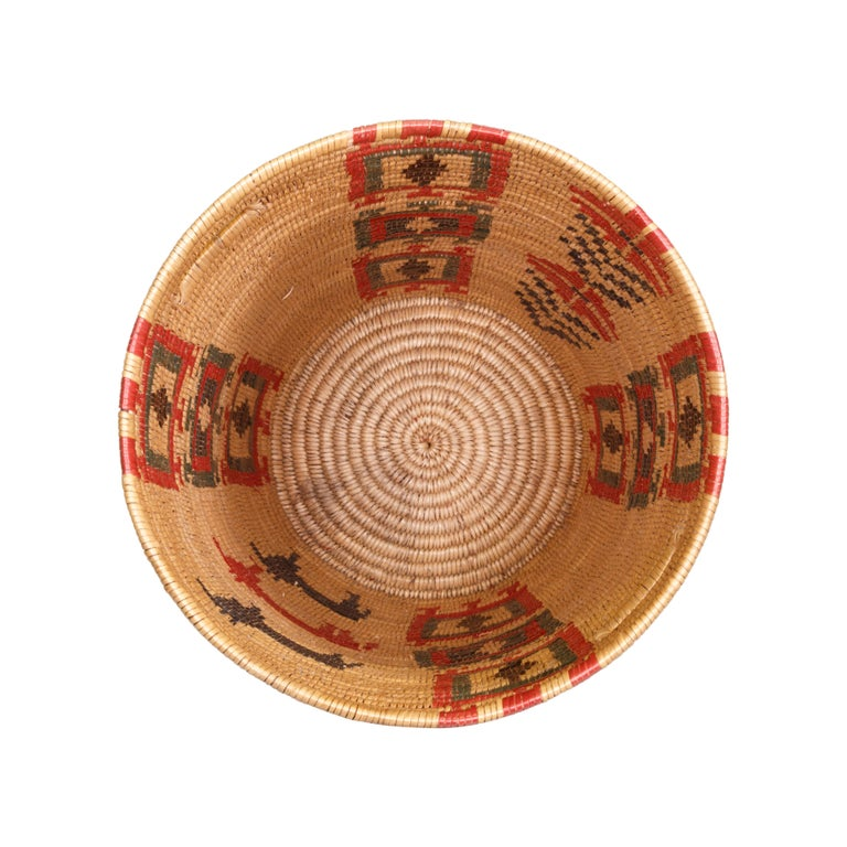 Jicarilla Apache Lidded Basket In Excellent Condition For Sale In Coeur d'Alene, ID