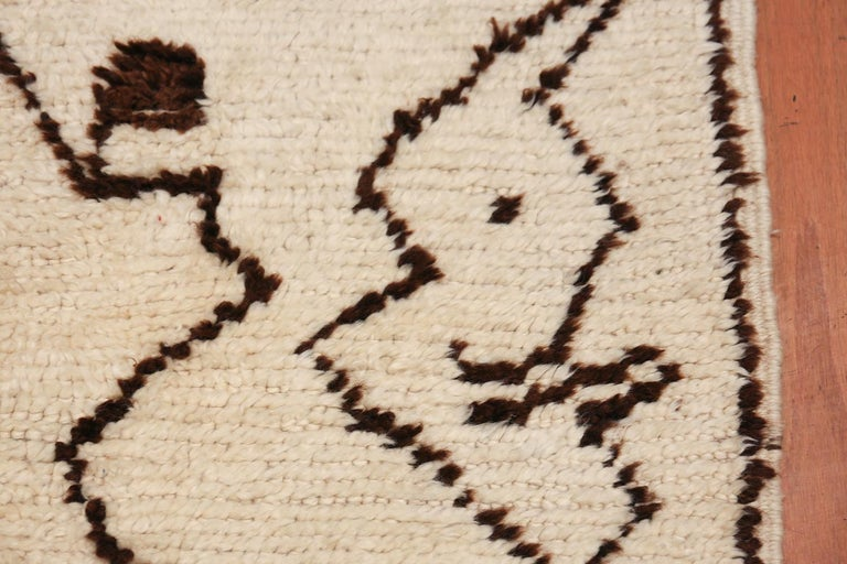Tribal Vintage Moroccan Rug. Size: 5 ft 5 in x 12 ft 3 in (1.65 m x 3.73 m) In Excellent Condition For Sale In New York, NY